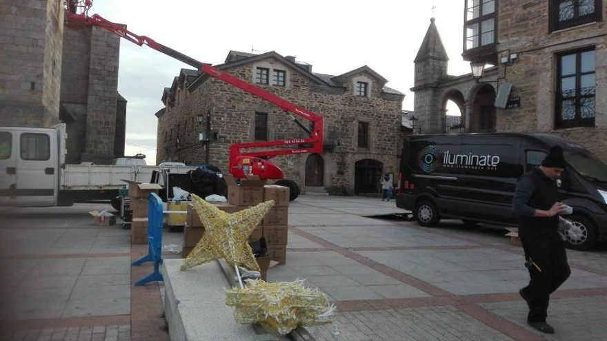 Colocación de los adornos navideños en Puebla de Sanabria.