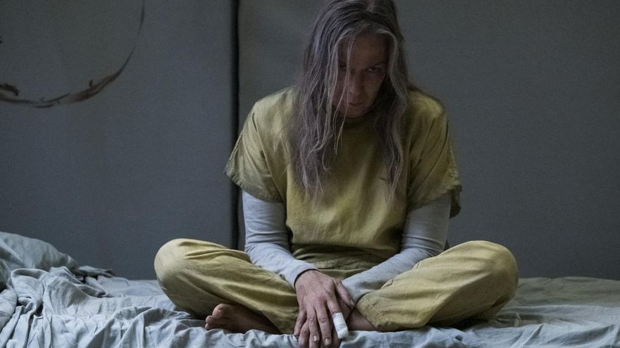 Elizabeth Marvel interpretando a Victoria.
