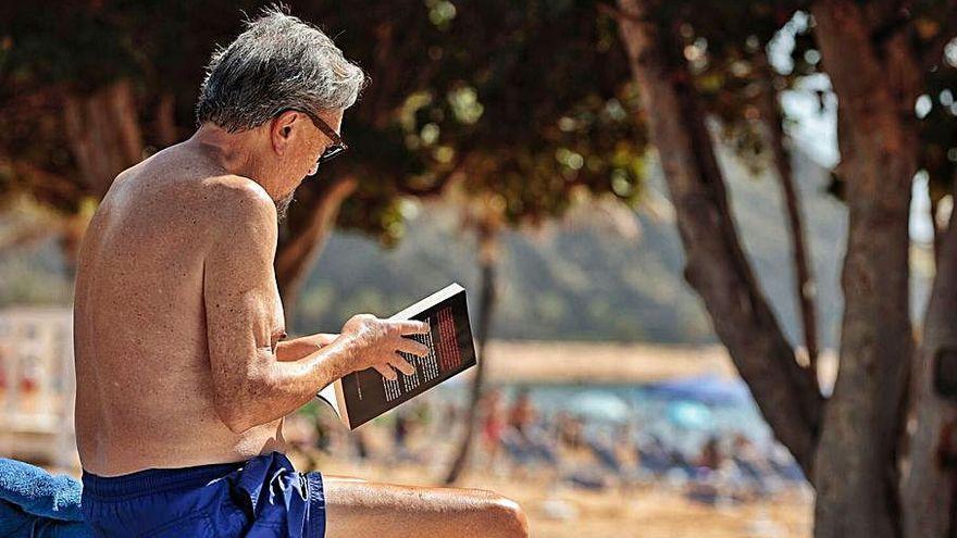 Los hoteleros piden que se modifique la norma sobre el uso de mascarilla en playas y piscinas