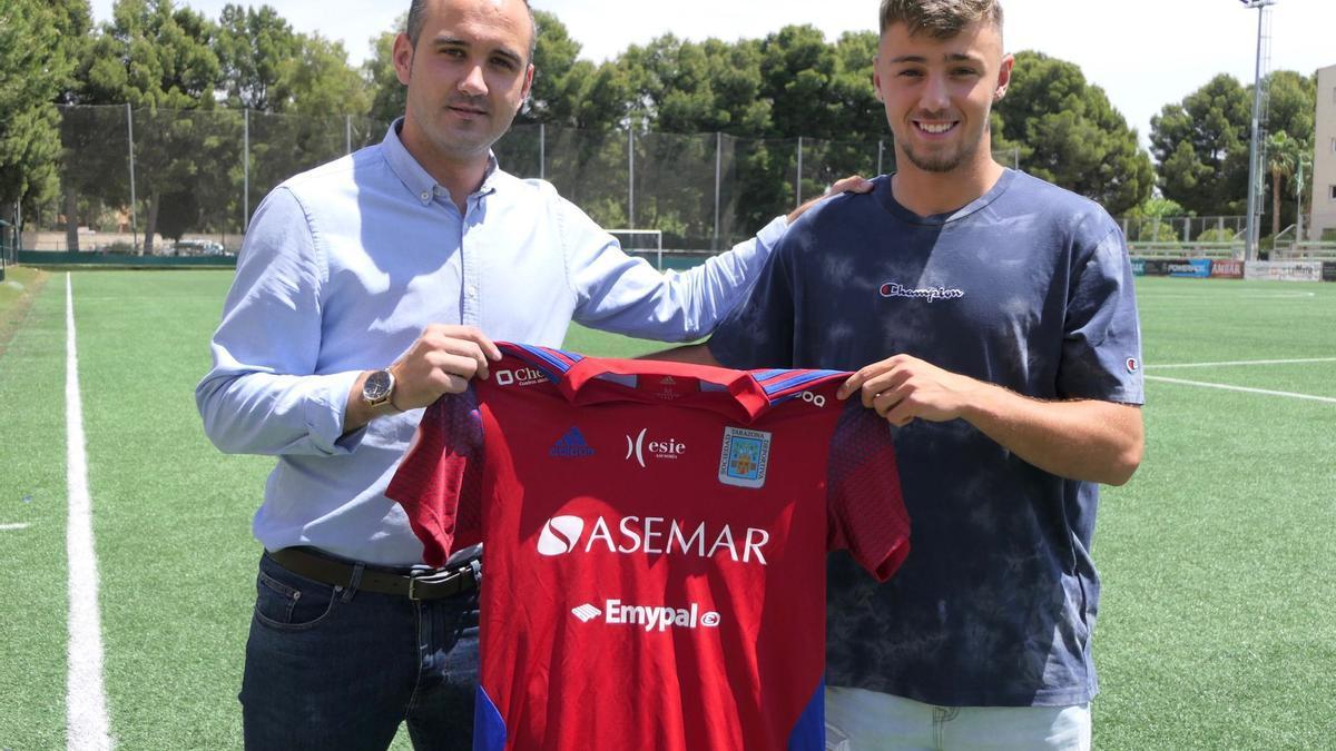 Carlos Azón posa con Michel Sanz, director deportivo del Tarazona.