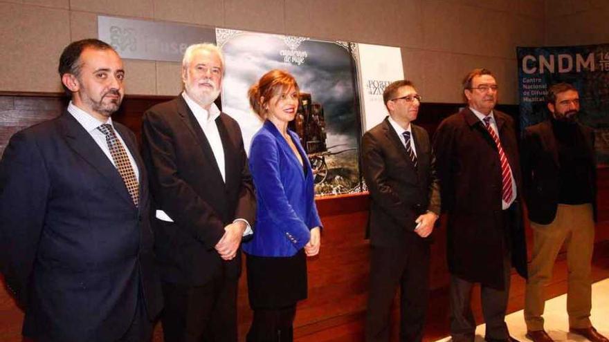 Representantes institucionales, patrocinadores y organizadores junto a la imagen del Pórtico.