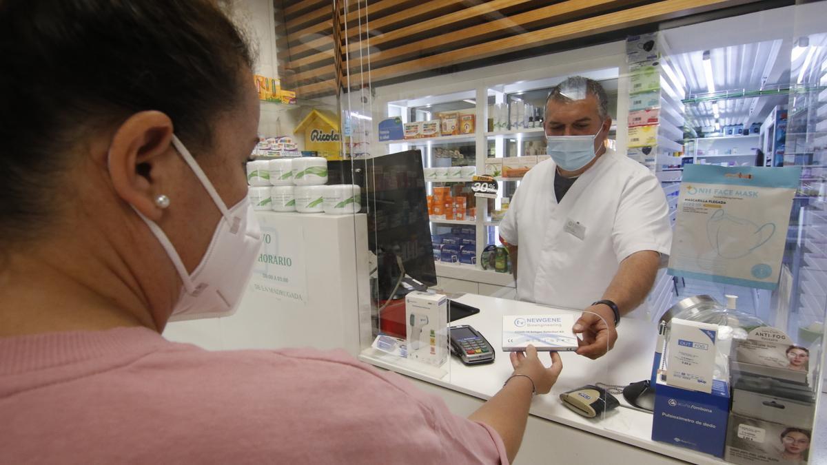 Adquisición de un test de antígenos de autodiagnóstico en una farmacia cordobesa.