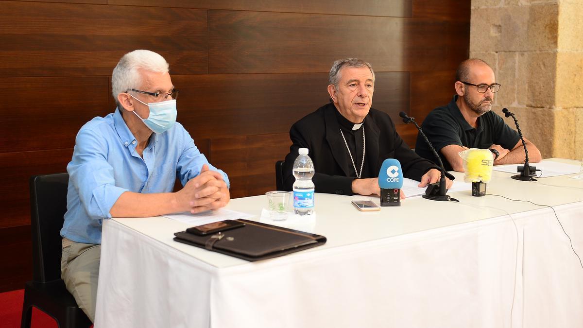 El obispo, entre Ramajo (izquierda) y Llorente, en la presentación del servicio.