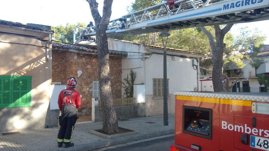 Los Bombers rescatan a un anciano en un tejado de Porto Cristo