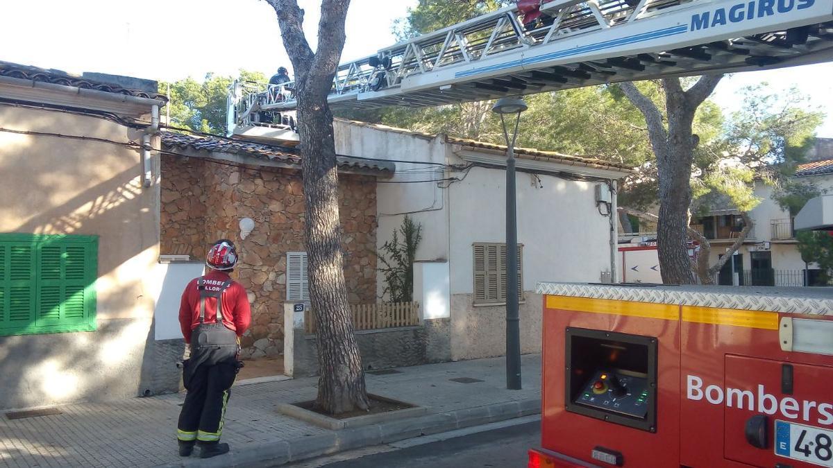 Momento en el que los bomberos auxilian al hombre, en el tejado de una casa de Porto Cristo.