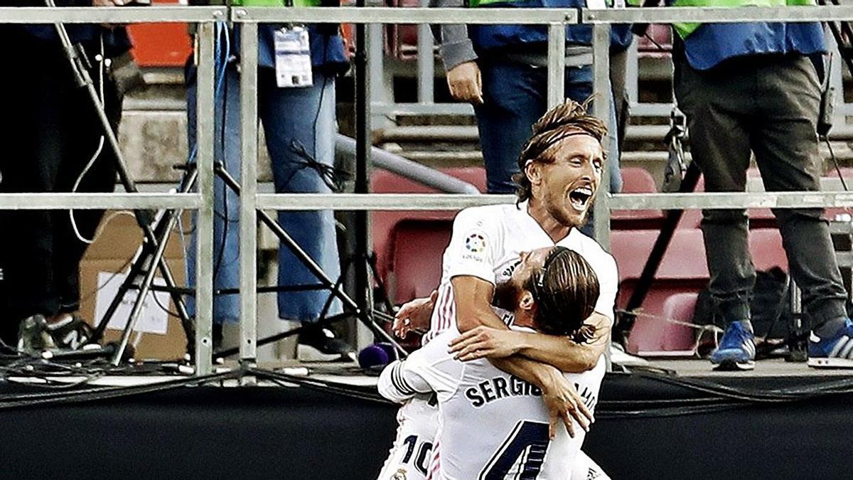 Modric y Ramos, ayer en plena celebración.   Efe