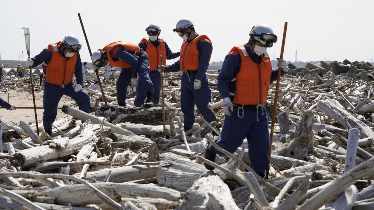 Trabajadores durante las tareas de búsqueda de supervivientes en el seísmo de 2011.