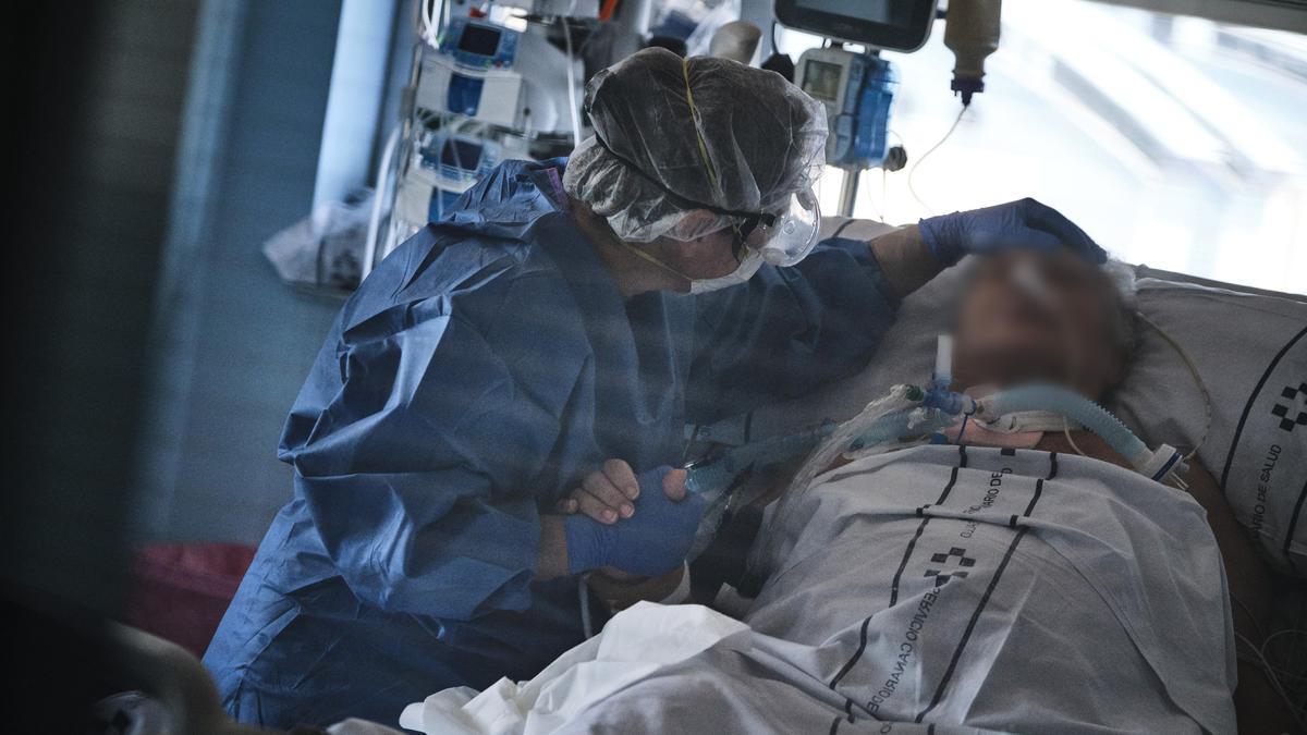 Un paciente en la UCI del Hospital Universitario Nuestra Señora de La Candelaria.
