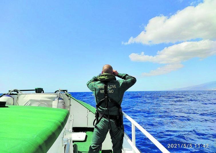 Tareas de búsqueda de la Guardia Civil desde una patrullera.     LP / DLP