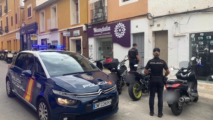 La Policía y el Ayuntamiento de Dénia logran el desalojo voluntario de una vivienda ocupada
