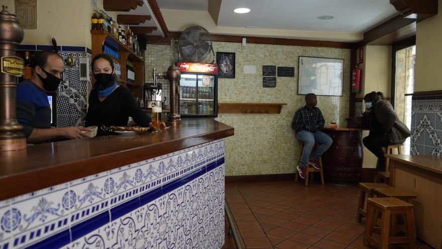 Los bares vuelven hoy a la actividad con las barras cerradas por el virus