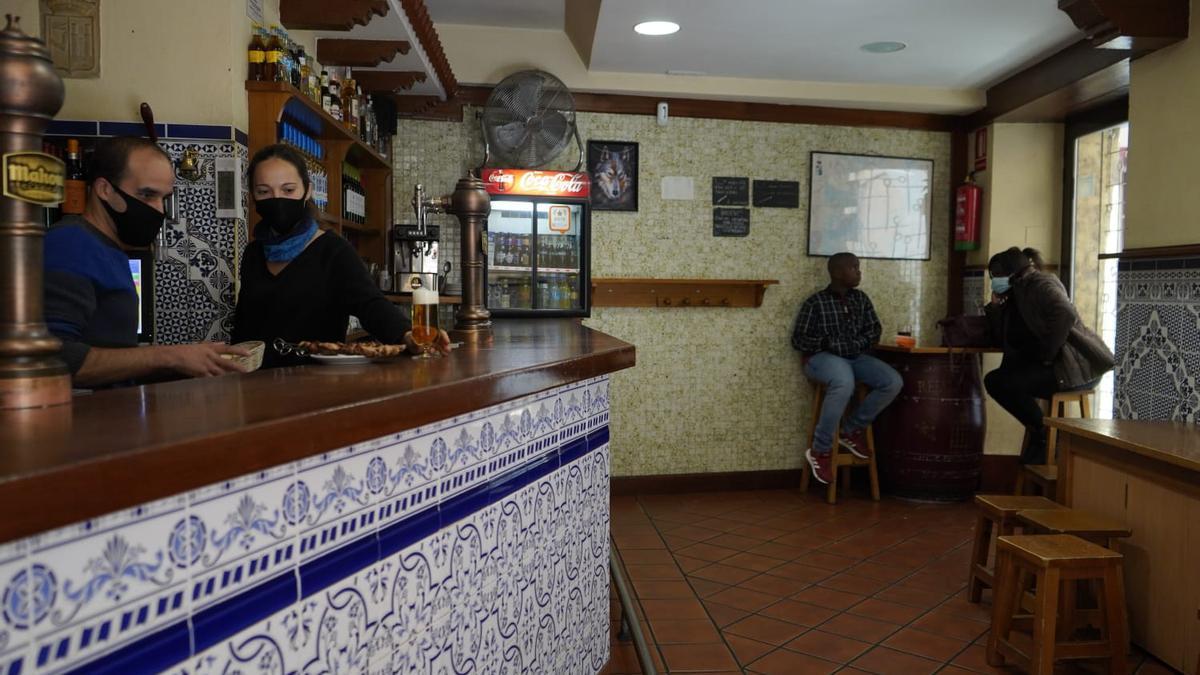 Barra sin gente en uno de los bares de pinchos más conocidos de Zamora.