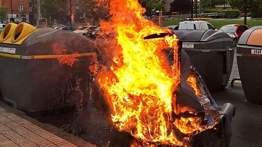 """""""Los contenedores no arden solos, son actos vandálicos"""", advierte el jefe de Bomberos"""