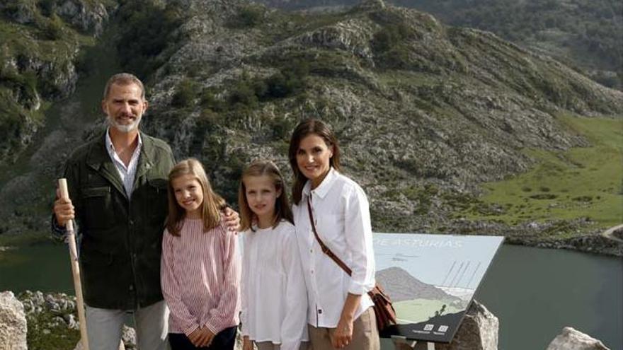 Los Reyes y sus hijas felicitan la Navidad con una estampa en los Picos de Europa