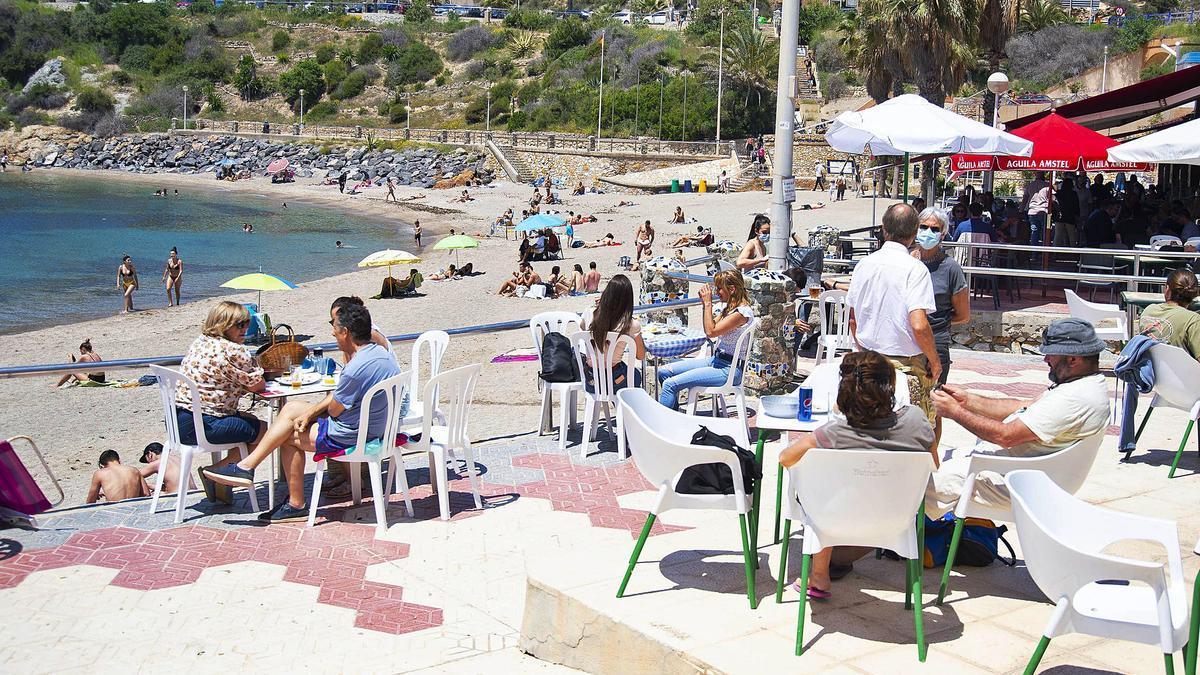 Decenas de personas en Cala Cortina, en Cartagena, ayer ante la llegada del fin de semana y las altas temperaturas   en la Región.  IVÁN URQUÍZAR