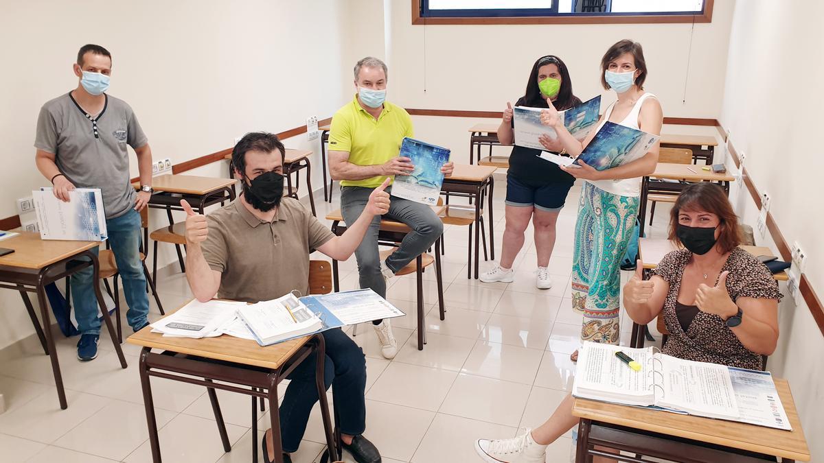 Opositores en un aula de Academia Postal que se prepara para los exámenes.