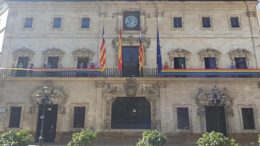 Cort cuelga la bandera LGTBI en su balcón