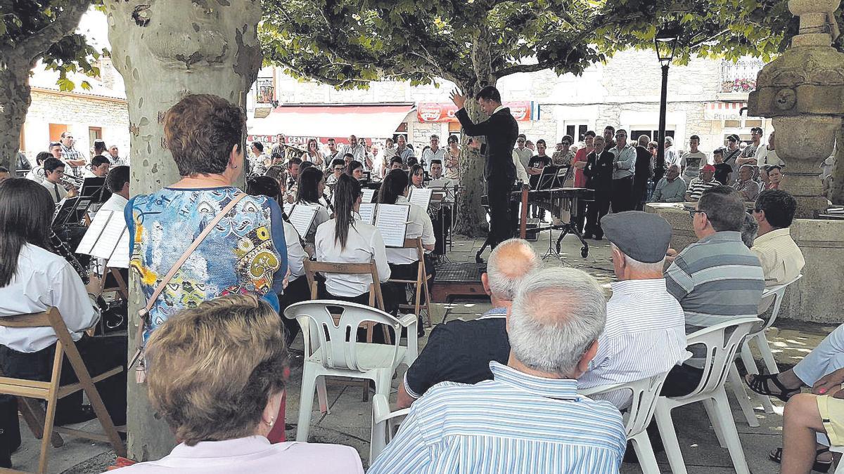 A Banda Municipal de Agolada será protagonista na xornada de hoxe, na que tamén actuará, pola tarde, o grupo tradicional Bico da Balouta. As verbenas terán que agardar á próxima edición.