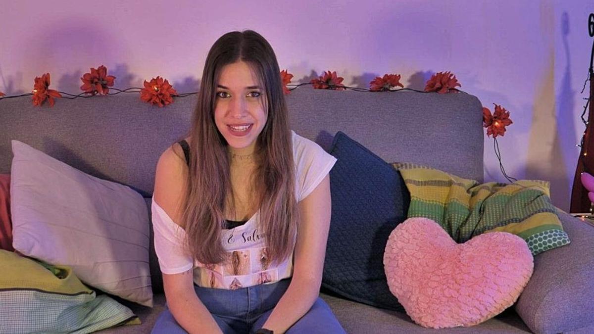 Lara Avargues durante una intervención para el canal «Pregunta i Enrolla't» auspiciado por la Mancomunitat de la Safor. | LEVANTE-EMV