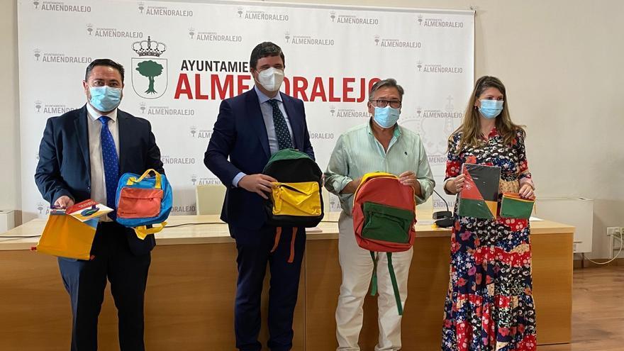 Cien kits de material escolar a familias de Almendralejo con menos recursos