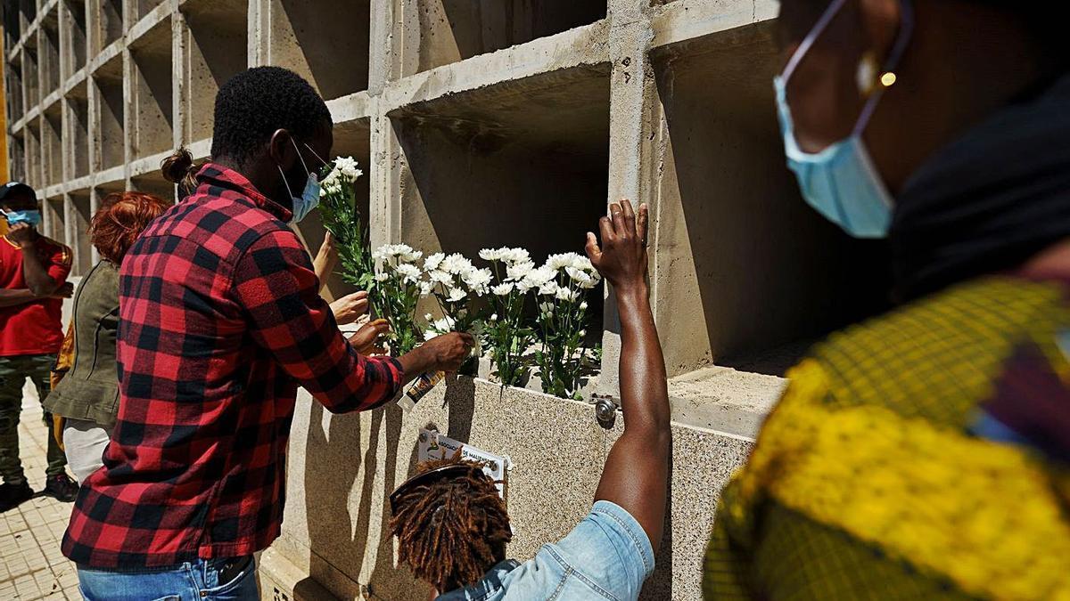 La comunidad maliense rinde homenaje a los fallecidos del cayuco localizado en El Hierro.