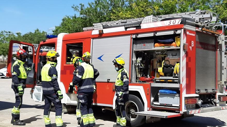 Los bomberos intervienen en un incendio de balas de paja en una finca hípica de Andratx