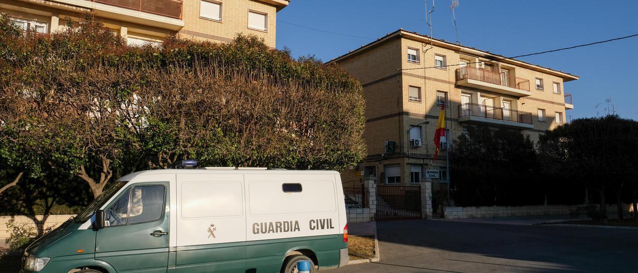 El furgón de detenidos en el cuartel de la Guardia Civil de Villena.