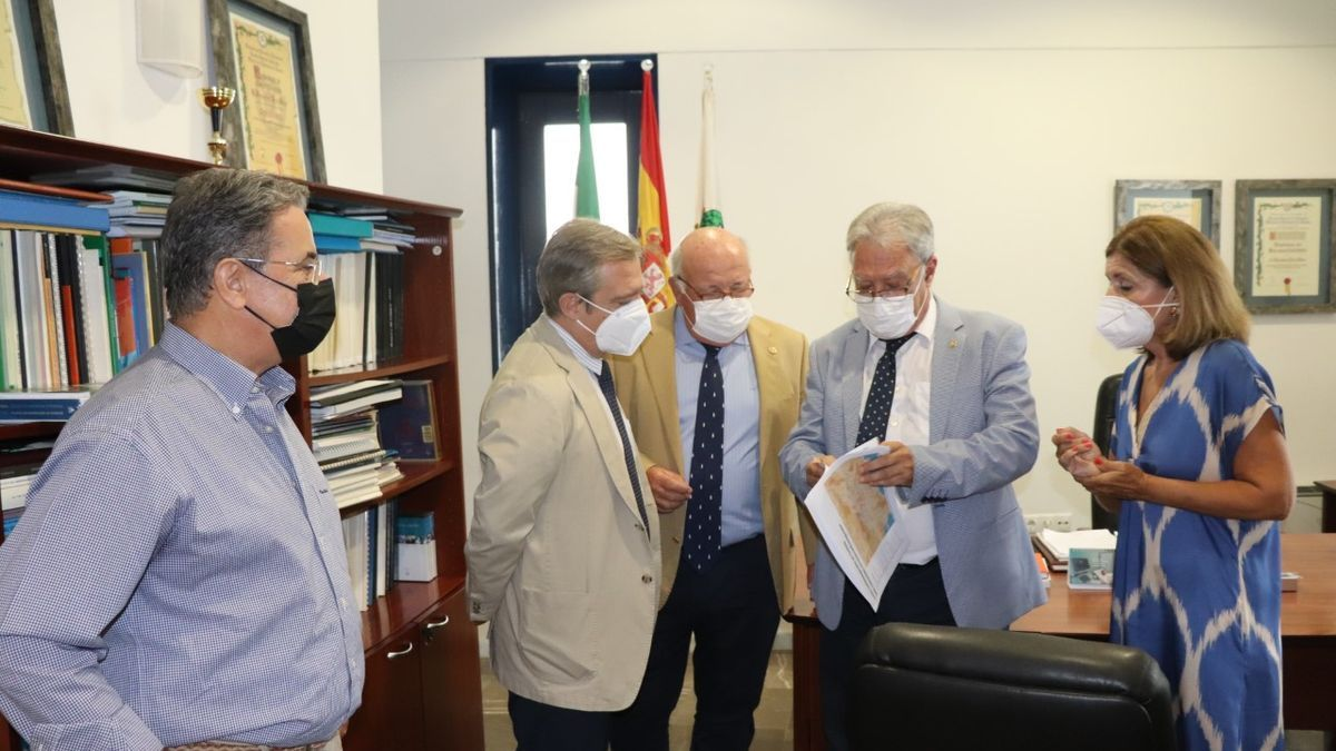 El consejero de Salud, Jesús Aguirre, con otros representantes sanitarios, junto al presidente en funciones del Colegio de Enfermería, Enrique Castillo.