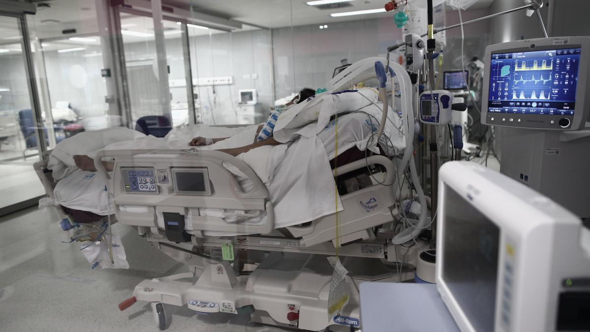 Un enfermo en la UCI de un hospital.