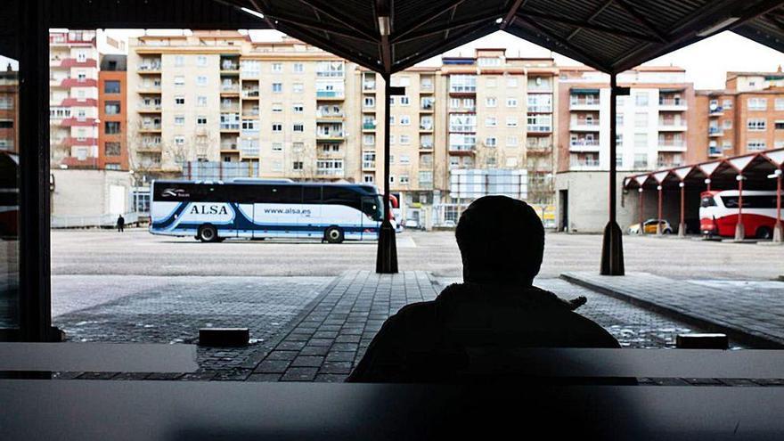Una persona en la estación de autobuses de Zamora.