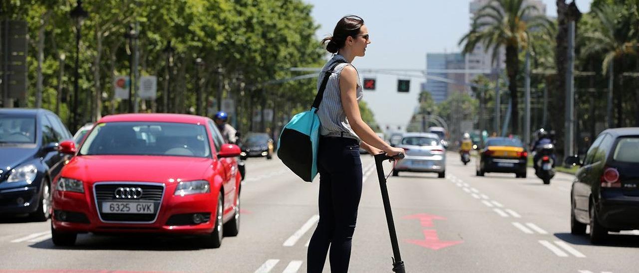 Una mujer circula en patinete.