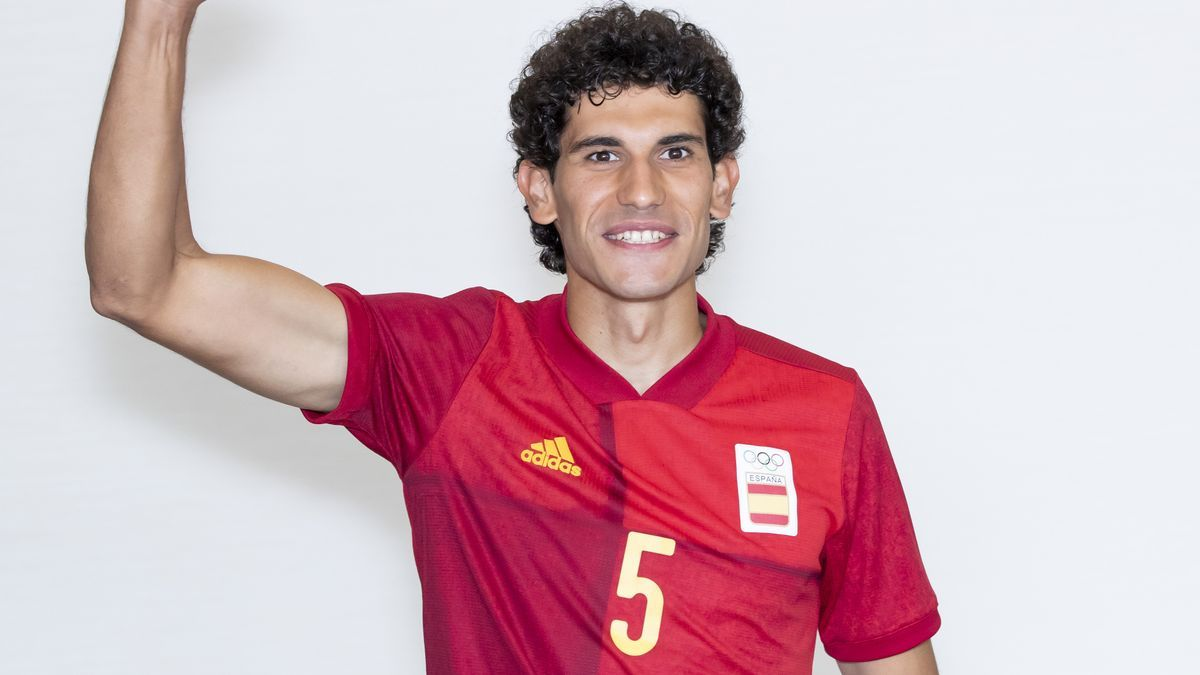 Jesús Vallejo posa con la camiseta de la selección