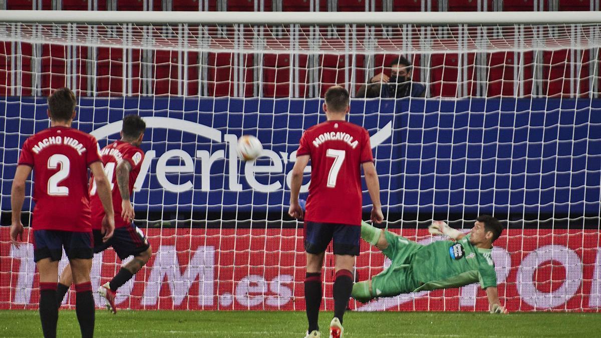 Matías Dituro saca con el pie, rectificando en el aire el lanzamiento de penalti de Rubén García en el partido contra Osasuna.