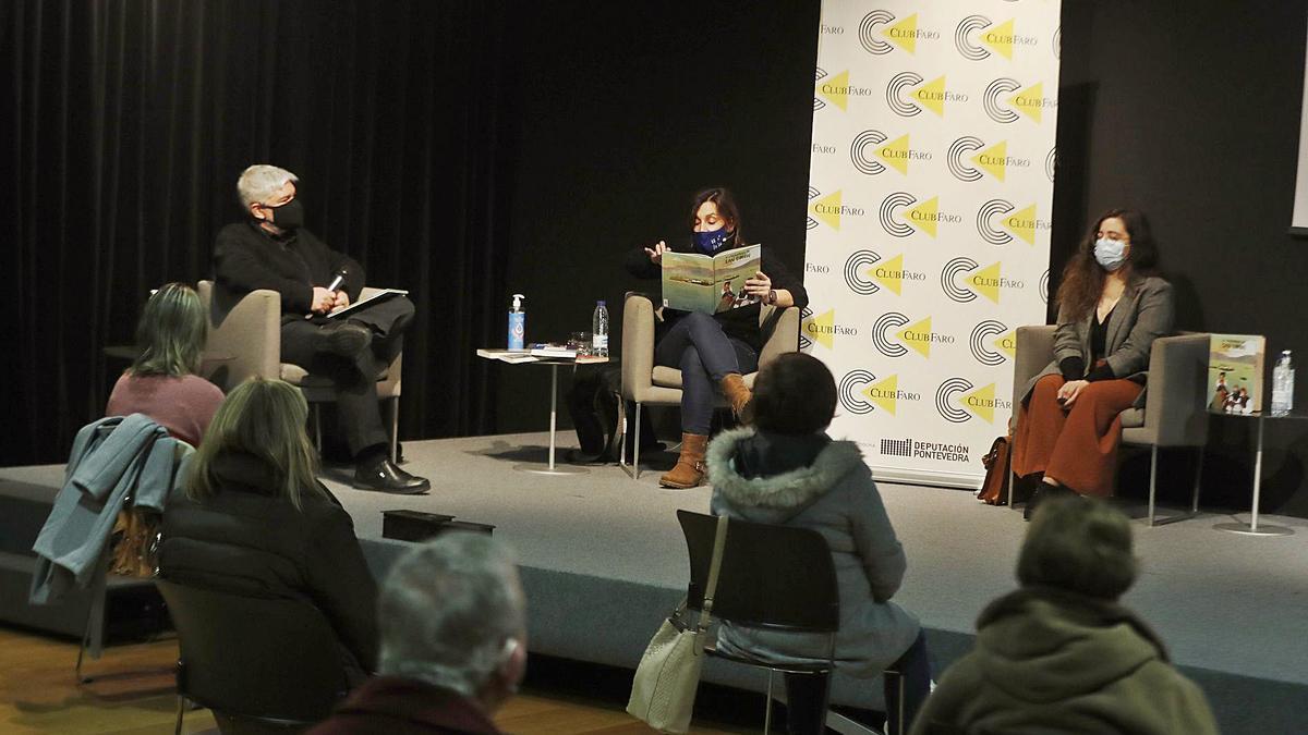 Un momento da conferencia no Club FARO, con Fran Alonso, Eva Mejuto e Bea Gregores (de esquerda á dereita). |   // RICARDO GROBAS
