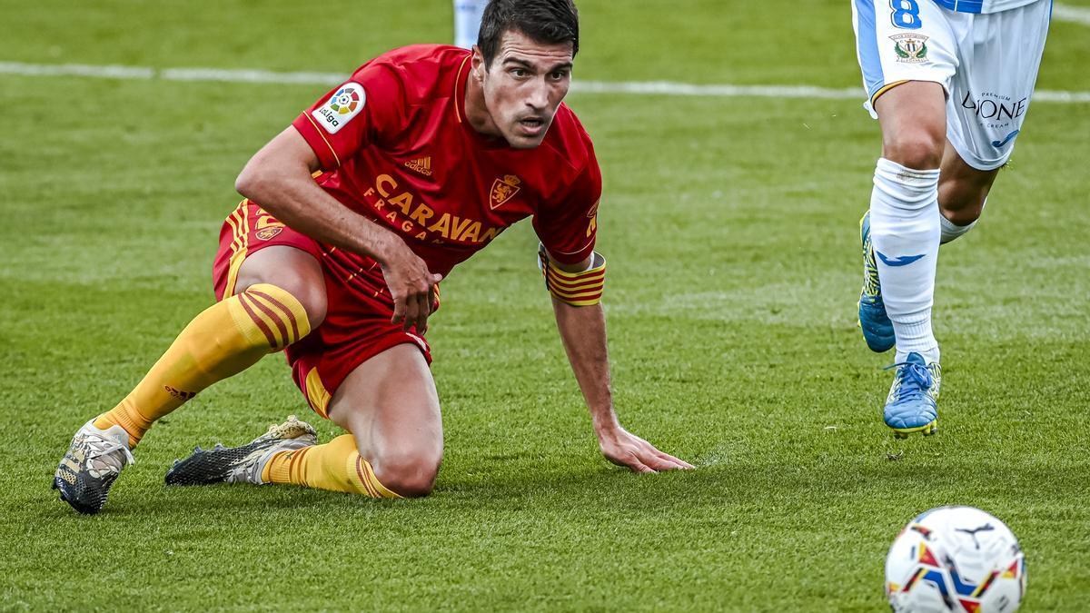 Zapater observa el balón desde el suelo en el partido de la primera vuelta ante el Leganés.