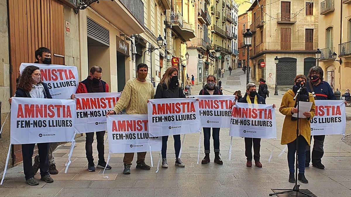 Òmnium recull firmes per a l'amnistia dels encausats per protestar