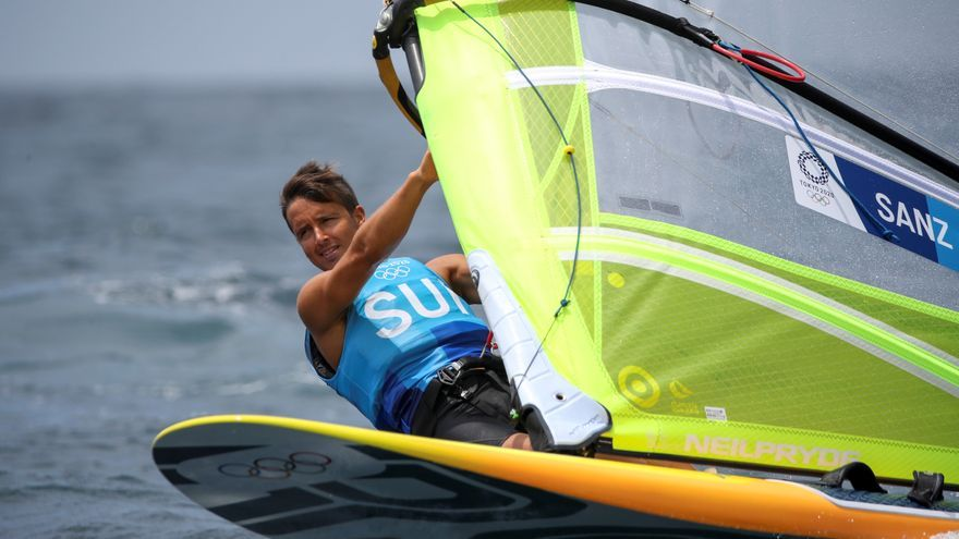 Mateo Sanz se cuela en la 'Medal Race' y remontada de Silvia Mas