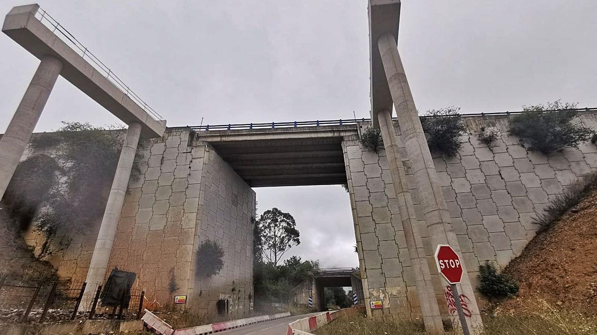 El puente sobre la carretera AS-370 que tendrá que ser demolido.