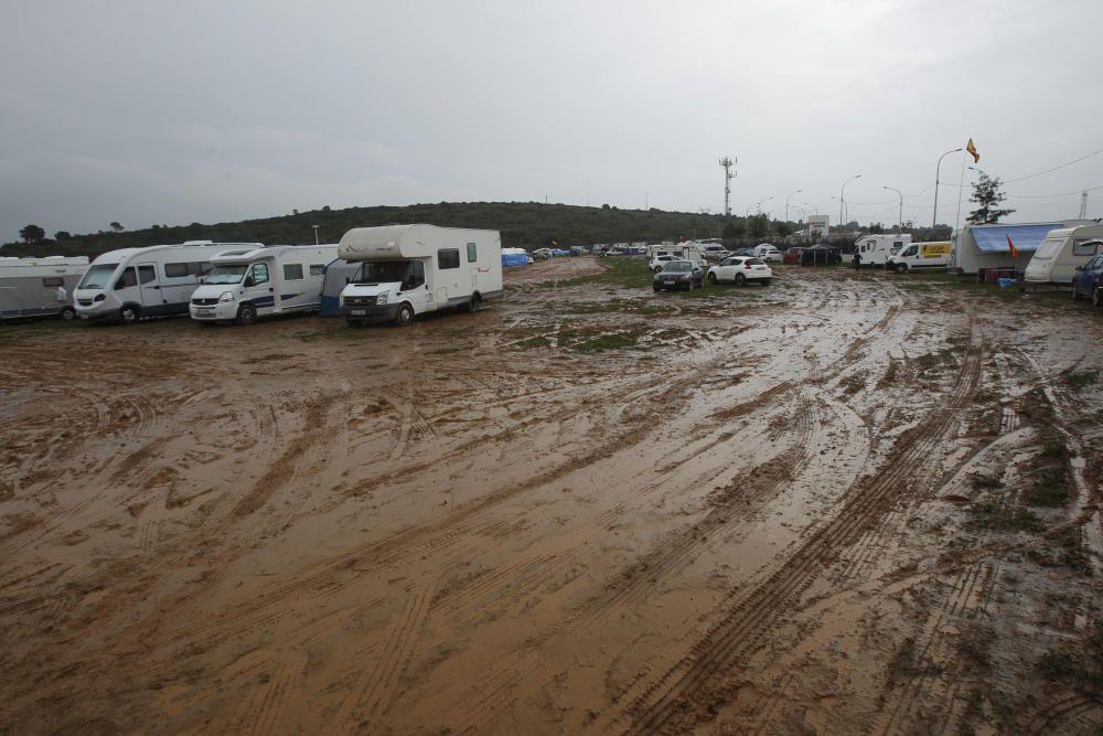 Zonas del camping de Cheste embarradas por las lluvias