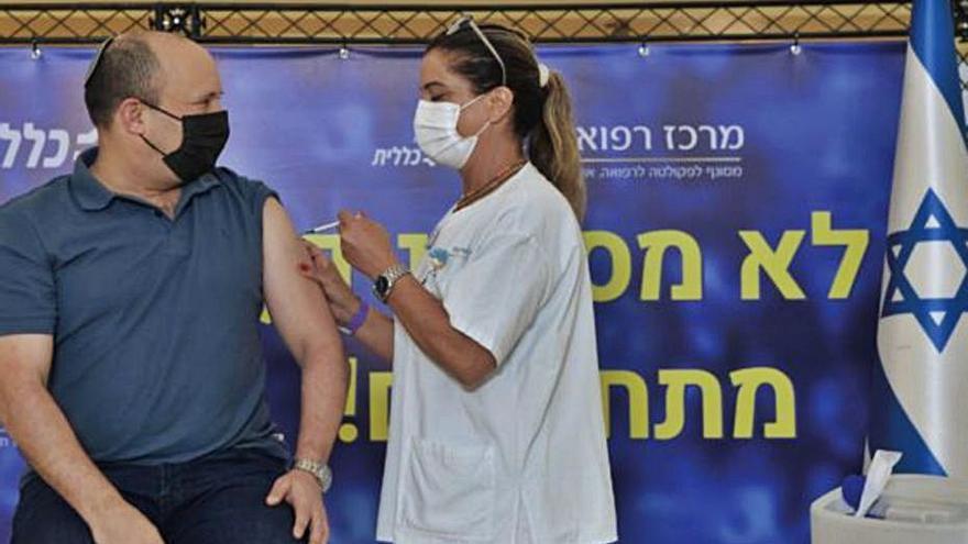 Israel posa la tercera dosi de la vacuna contra la covid als més grans de 40 anys