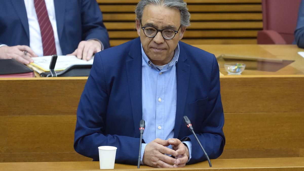 Manolo Mata, en la tribuna de las Corts.