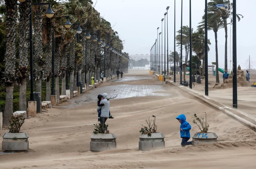 La arena invade el paseo marítimo de València