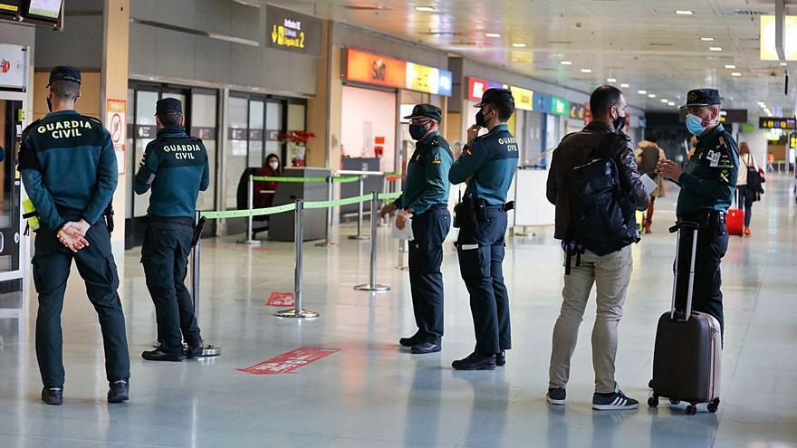 Las aerolíneas piden a Madrid que exima de PCR a los viajeros que ya estén vacunados