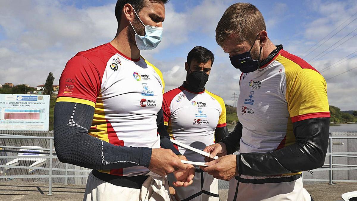 Sául Craviotto y Carlos Arévalo, durante un entrenamiento del equipo español en Trasona. |  // RICARDO SOLÍS