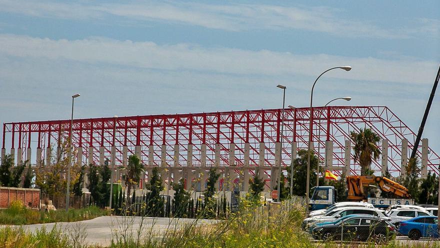 El puerto culmina la estructura de la nave cerrada de graneles que acabará con la contaminación