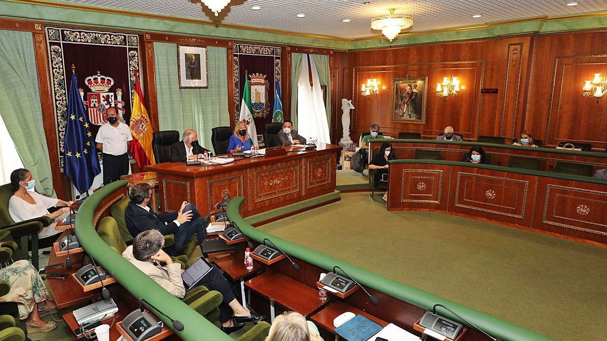 La Corporación municipal, durante la sesión plenaria de ayer.  | L.O.