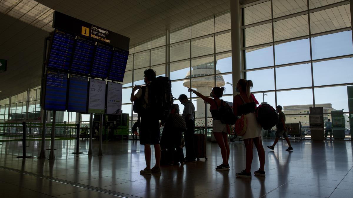 Turistas en el aeropuerto de El Prat.