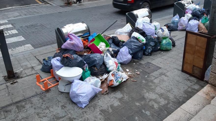 Uns veïns de Figueres aprofiten la vaga de la neteja per llançar uns vàters