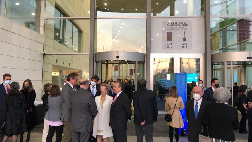 Ambiente de expectación en la entrada de los premios Levante-EMV 2021 en el Palau de Congresos