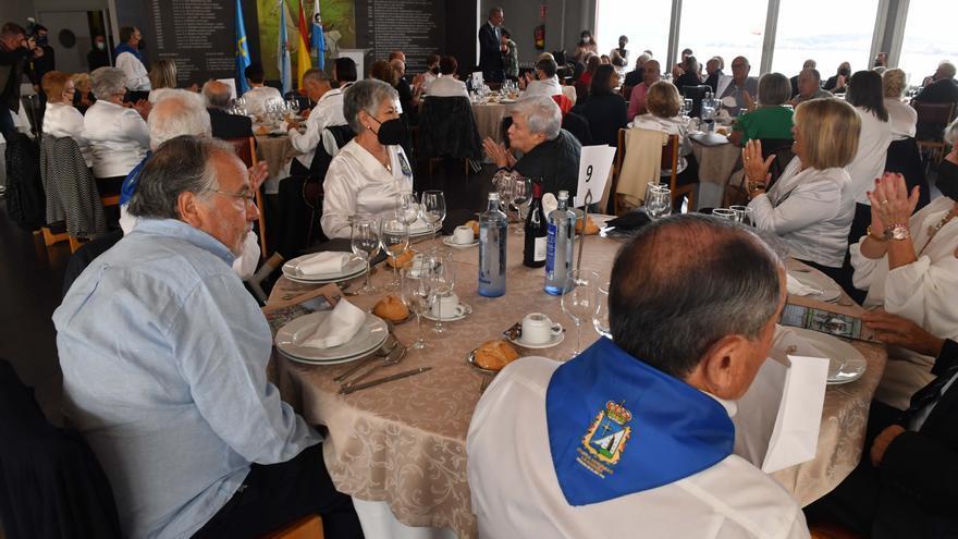 Acto del día del desarme en el Centro Asturiano e imposición de insignias de plata a socios con 25 años de antiguedad